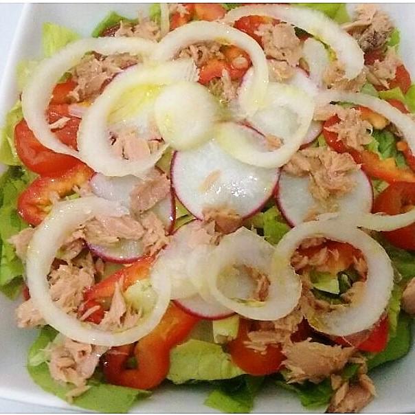 Salada de Atum, cebola, pimentão vermelho, tomate cereja, rabanete, alface crespa e lisa.