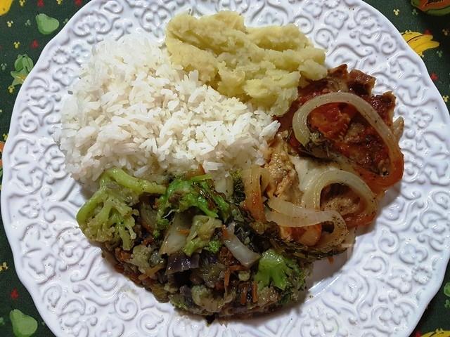 Arroz, purê de batata doce, legumes variados cozidos no azeite e temperos,peixe grelhado com tomate e cebola.